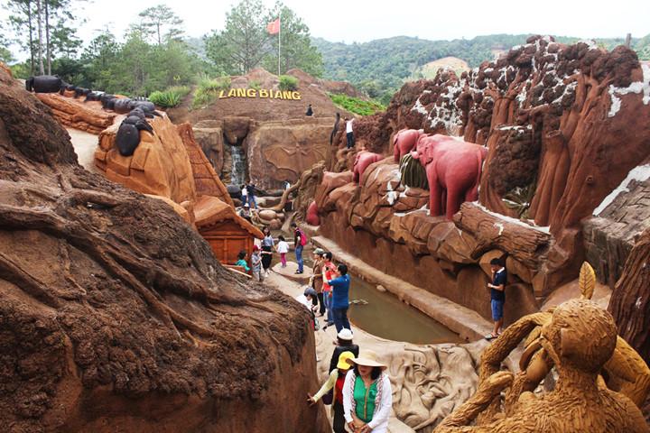 подземныи тоннель с глиняными скульптурами в далате hinh 4