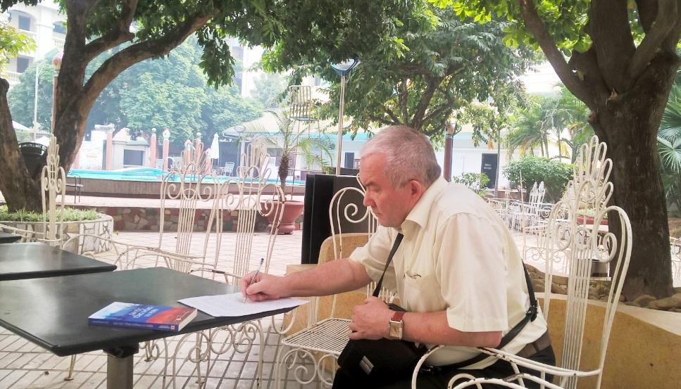 а.м.путин: дарю книгу вьетнамским читателям в залог дальнеишего укрепления нашеи дружбы hinh 1
