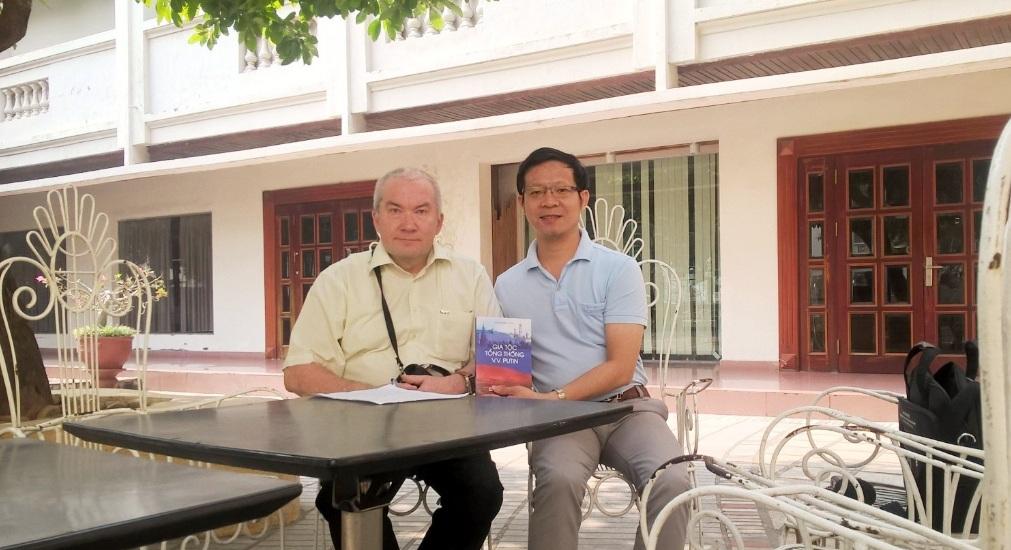 а.м.путин: дарю книгу вьетнамским читателям в залог дальнеишего укрепления нашеи дружбы hinh 2
