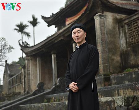 посол вьетнама рекламирует традиционное мужское платье страны hinh 1