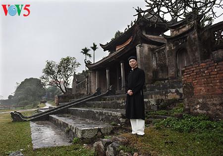 посол вьетнама рекламирует традиционное мужское платье страны hinh 2