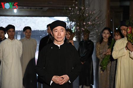 посол вьетнама рекламирует традиционное мужское платье страны hinh 6