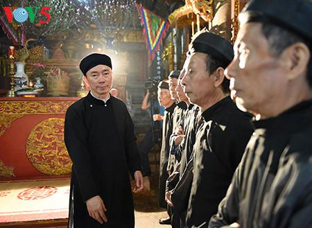 посол вьетнама рекламирует традиционное мужское платье страны hinh 7