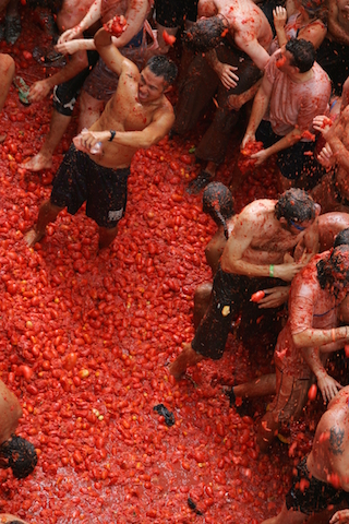 the tomatina tomato-throwing festival of the spanish   hinh 1