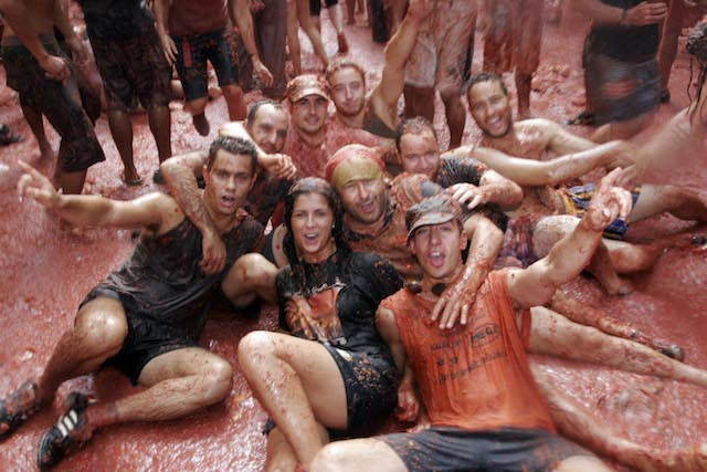 the tomatina tomato-throwing festival of the spanish   hinh 0