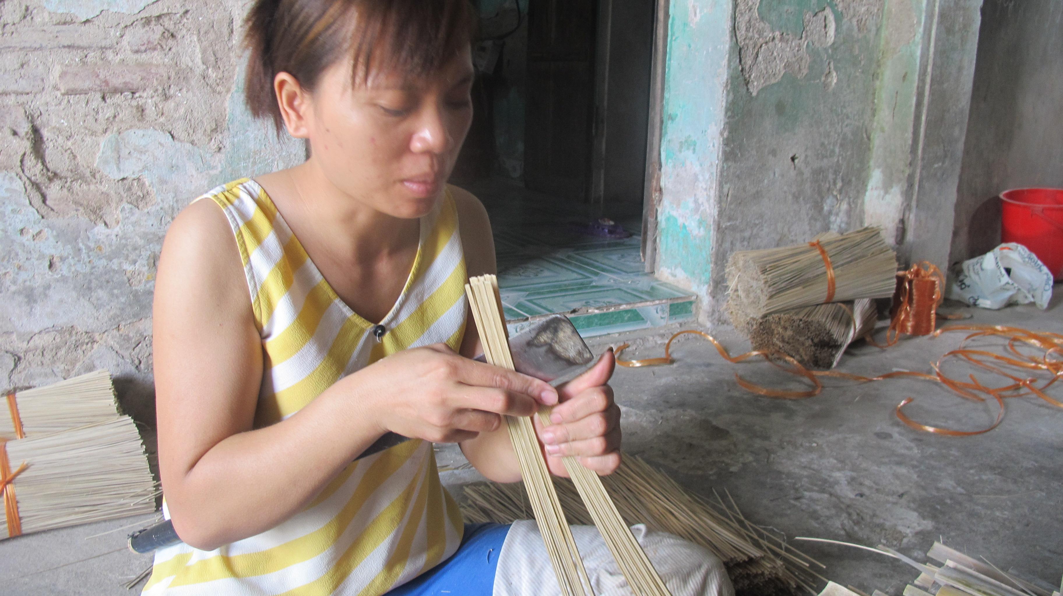making incense in xa kieu traditional craft village  hinh 3