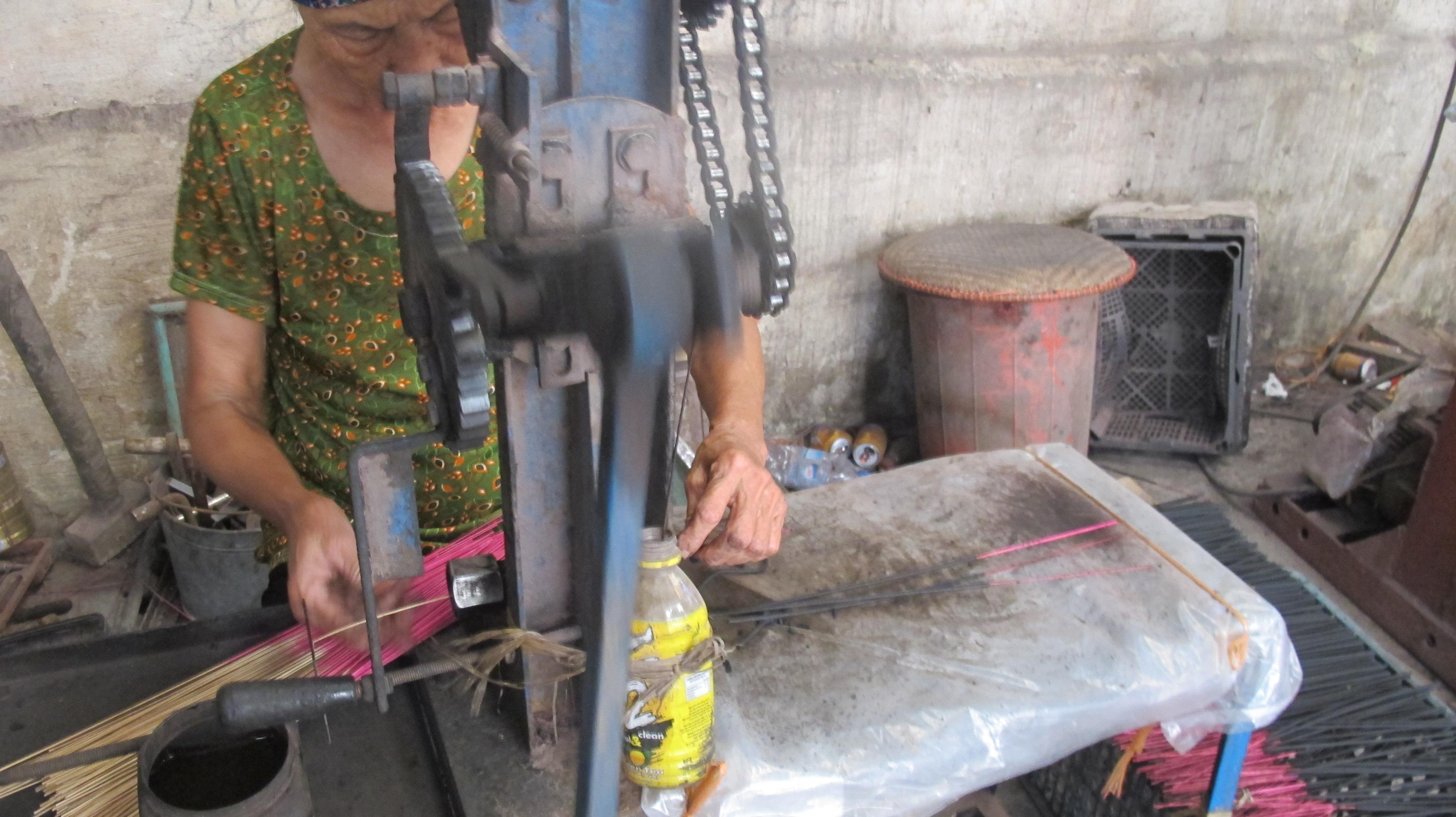 making incense in xa kieu traditional craft village  hinh 2