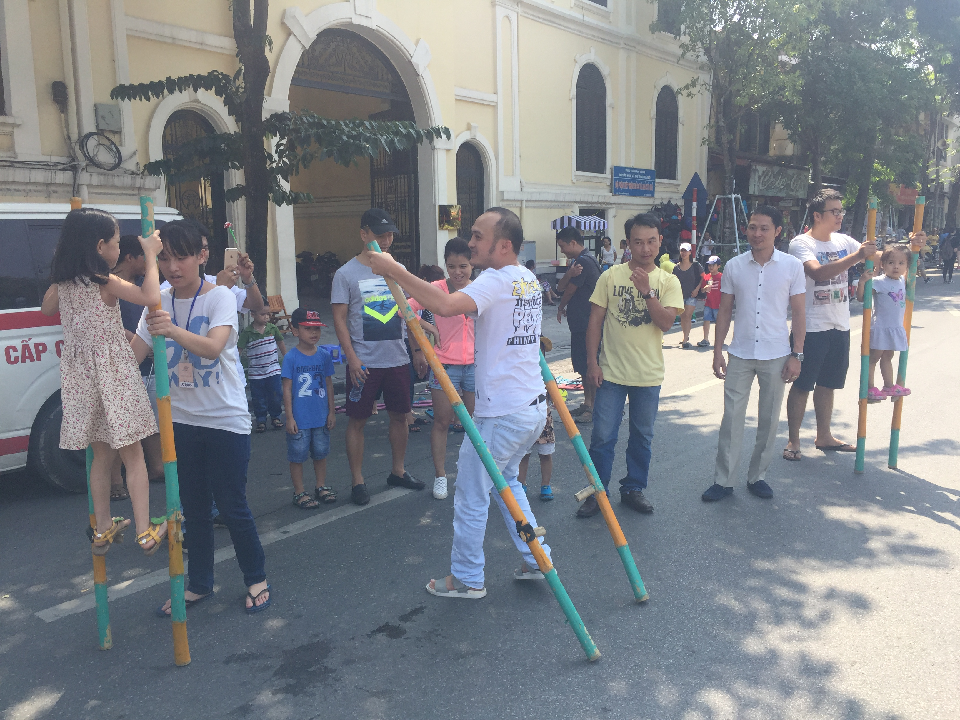 traditional games held in hanoi's pedestrian streets hinh 2