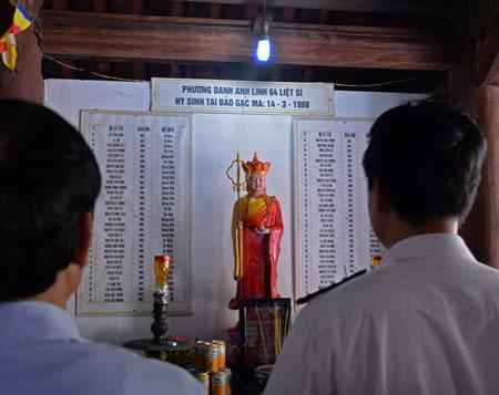 在鬼鹿角礁牺牲的64名战士缅怀仪式诚敬而感人 hinh 14