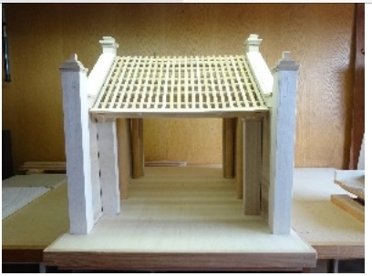 河内博物馆接受日本教授捐赠的蒙阜村口牌楼模型 hinh 0