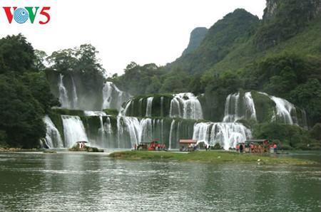 东南亚最大的天然瀑布——板约瀑布 hinh 1