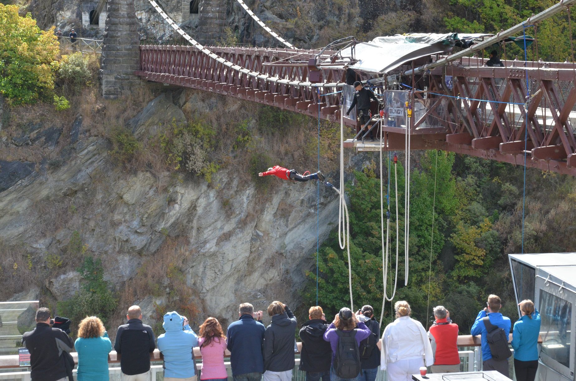 bungy jumping – the craziest in new zealand  hinh 1
