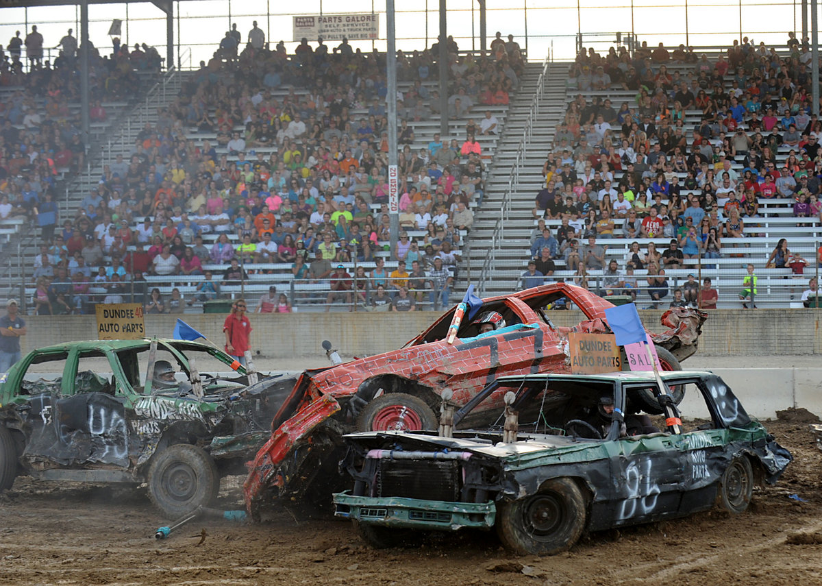 canada's demolition derby – the fighting cars hinh 1