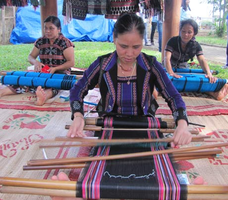 """Zeng"" weaving revived in A Luoi district, Thua Thien Hue province Saturday Report"