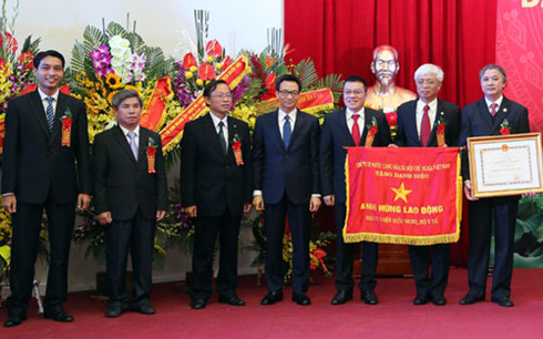 "Hanoi Friendship Hospital receives title ""Labor Hero"""