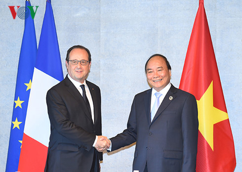Prime Minister Nguyen Xuan Phuc met with foreign leaders on the sidelines of the expanded G7 summit