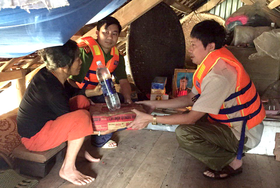 human kindness in coping with flooding in quang binh hinh 1