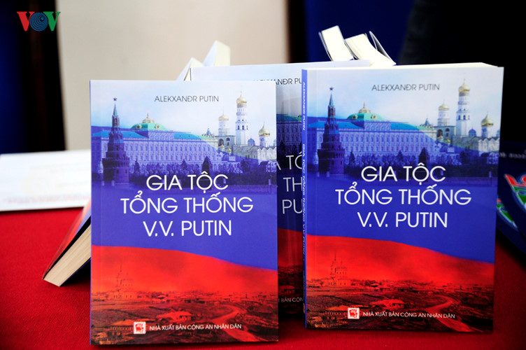 """family clan of president vladimir putin"" book released hinh 0"