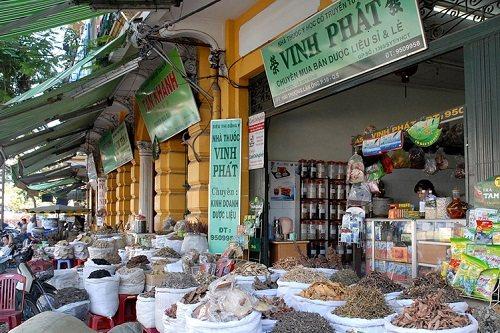 Medicinal herbshops in Hai Thuong Lan Ong street