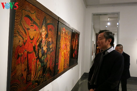 """going into a trance"" ritual depicted in tran tuan long's lacquer paintings  hinh 0"