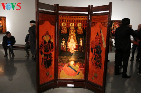 """going into a trance"" ritual depicted in tran tuan long's lacquer paintings  hinh 5"