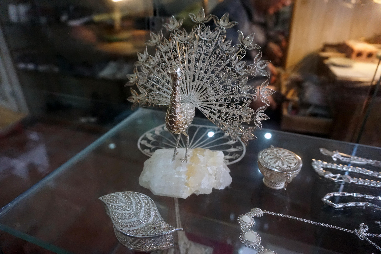artisan quach van hieu preserves jewelry craft hinh 1