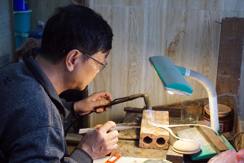 artisan quach van hieu preserves jewelry craft hinh 0