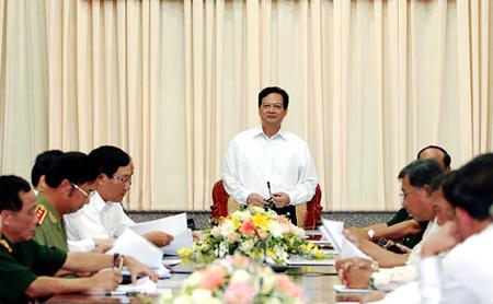 El premier Nguyen Tan Dung se reúne con funcionarios del Comité del Partido Comunista del Mando de la novena zona militar