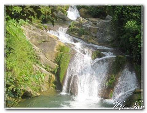 pemandangan alam danau ba be di provinsi bac kan hinh 1