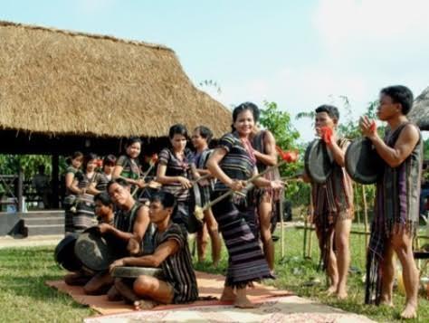 adat- istiadat dan keyakinan warga etnis minoritas h're  hinh 1