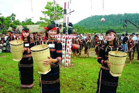 menjaga seni menganyam keranjang gendongan dari warga etnis minoritas chu –ru hinh 0