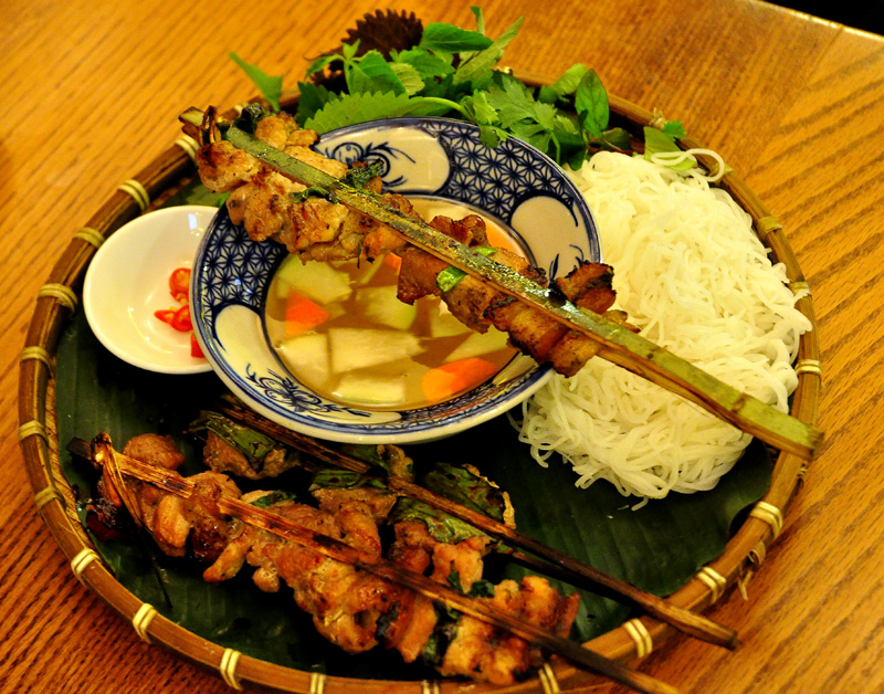 vietnamese grilled bamboo stick pork with noodle hinh 2